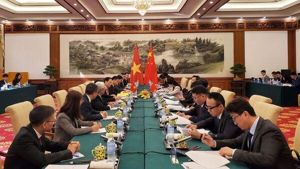 Thứ trưởng Bộ Ngoại giao Việt Nam Lê Hoài Trung hội đàm với Thứ trưởng Bộ Ngoại giao Trung Quốc La Chiếu Huy. - Sputnik Việt Nam