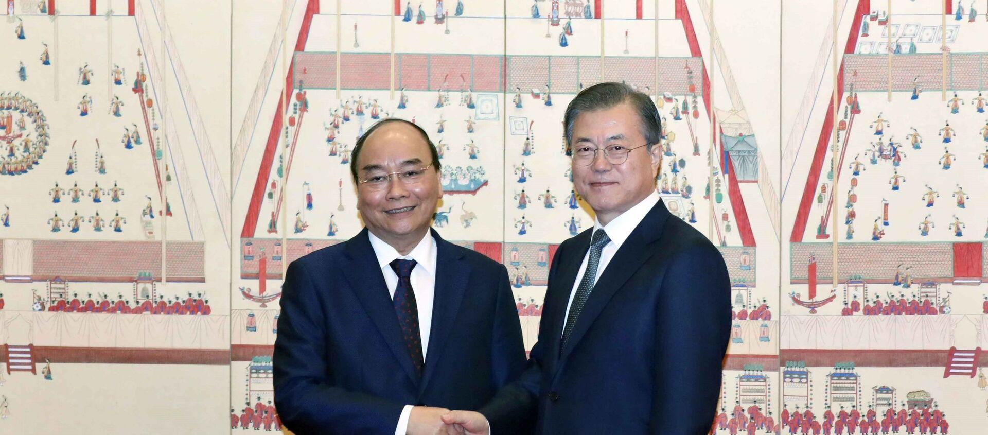 Tổng thống Hàn Quốc Moon Jae-in đón Thủ tướng Chính phủ Nguyễn Xuân Phúc.  - Sputnik Việt Nam, 1920, 28.11.2019