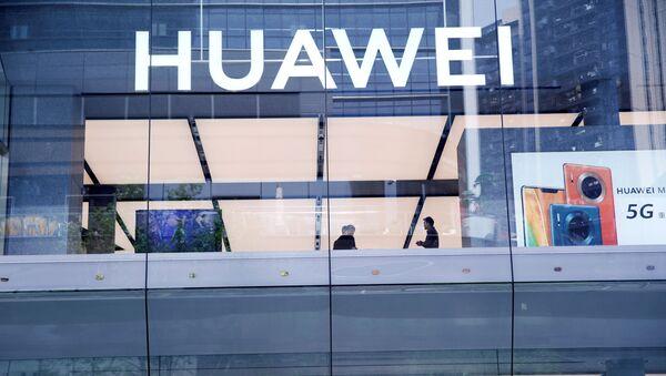 Cửa hàng hàng đầu toàn cầu đầu tiên của Huawei được chụp tại Thâm Quyến, tỉnh Quảng Đông, Trung Quốc ngày 30 tháng 10 năm 2019 - Sputnik Việt Nam