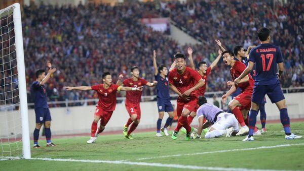 Màn ăn mừng hụt của đội tuyển Việt Nam ở phút 31 khi hậu vệ Bùi Tiến Dũng (4) bật cao đánh đầu đưa bóng vào lưới từ pha đá phạt góc của Quang Hải, nhưng bàn thắng không được công nhận do trọng tài Ahmed Al-Kaf bắt lỗi Đoàn Văn Hậu (5) phạm lỗi với thủ môn Kawin trong vòng 5,50m.  - Sputnik Việt Nam