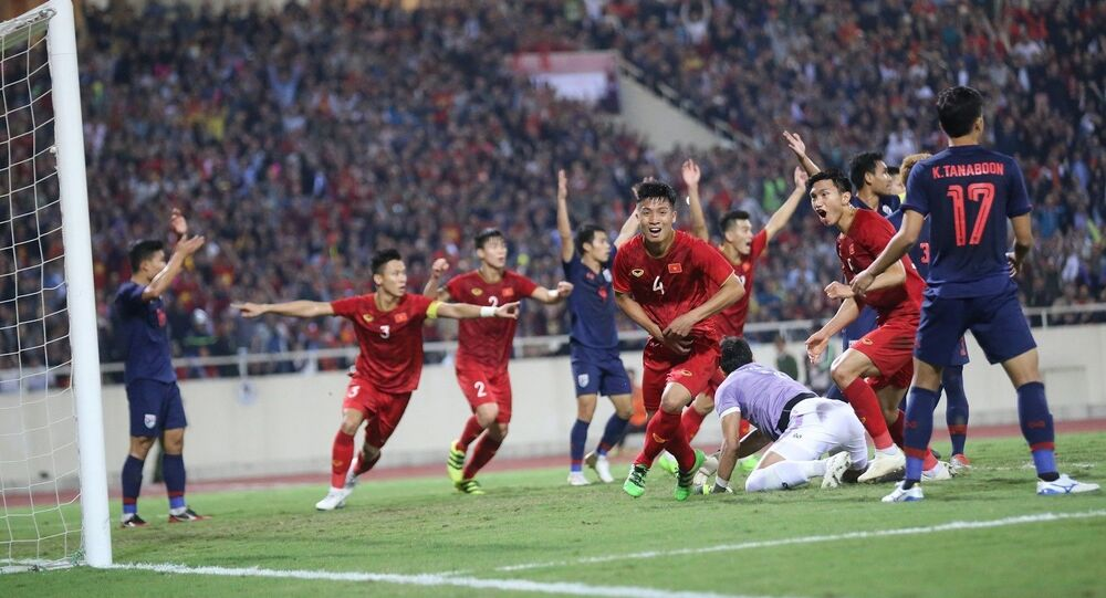 Màn ăn mừng hụt của đội tuyển Việt Nam ở phút 31 khi hậu vệ Bùi Tiến Dũng (4) bật cao đánh đầu đưa bóng vào lưới từ pha đá phạt góc của Quang Hải, nhưng bàn thắng không được công nhận do trọng tài Ahmed Al-Kaf bắt lỗi Đoàn Văn Hậu (5) phạm lỗi với thủ môn Kawin trong vòng 5,50m.