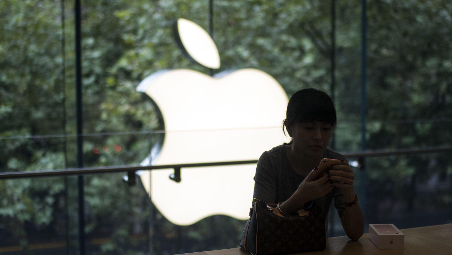 Một khách hàng Trung Quốc thiết lập iPhone 7 mới của cô ấy trong buổi khai trương mở bán tại một cửa hàng Apple ở Thượng Hải - Sputnik Việt Nam, 1920, 31.03.2021