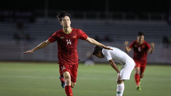 Tiền vệ Hoàng Đức (14) ăn mừng sau khi ghi bàn nâng tỷ số lên 2 - 1 cho U22 Việt Nam - Sputnik Việt Nam