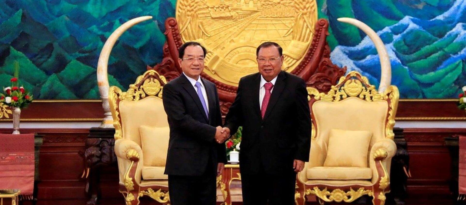 Tổng Bí thư, Chủ tịch nước Lào Bounnhang Vorachith tiếp thân mật ông Đào Việt Trung. - Sputnik Việt Nam, 1920, 05.12.2019