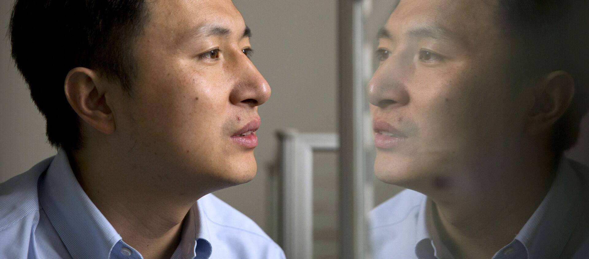 Nhà khoa học Trung Quốc He Jiankui, người đã giúp tạo ra những người đầu tiên trên thế giới có gen biến đổi nhân tạo - Sputnik Việt Nam, 1920, 30.12.2019