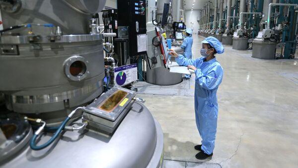 Dây chuyền sản xuất nguyên liệu để chế tạo pin năng lượng mặt trời tại Công ty TNHH JA Solar Việt Nam, vốn đầu tư của Hong Kong (Trung Quốc) tại khu công nghiệp Quang Châu (Bắc Giang) - Sputnik Việt Nam