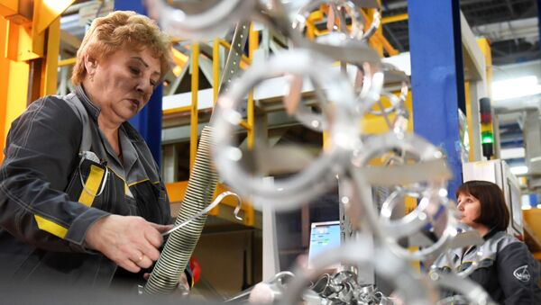 Nhân viên nhà máy hàng không Lukhovitsy mang tên P. A. Voronin trong trong xưởng lắp ráp - Sputnik Việt Nam