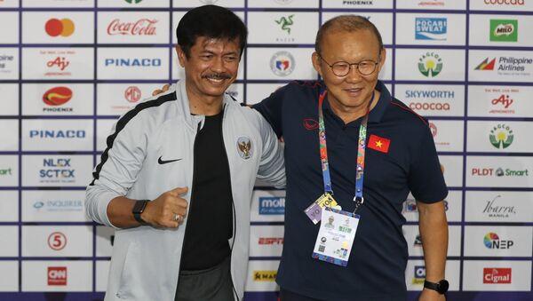 HLV Park Hang seo của U22 Việt Nam (phải) và HLV Indra Sjafri của U22 Indonesia (trái) tại buổi họp báo - Sputnik Việt Nam