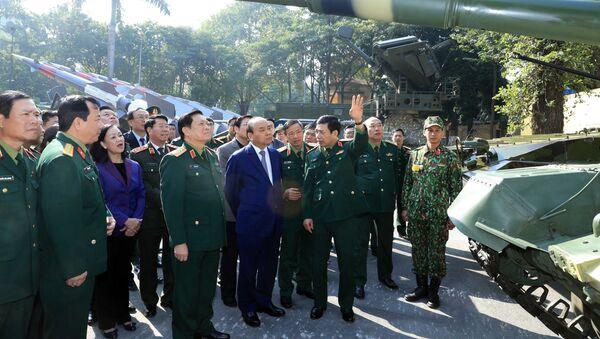 Thủ tướng Nguyễn Xuân Phúc và các đại biểu tham quan trưng bày vũ khí, khí tài tại hội nghị - Sputnik Việt Nam