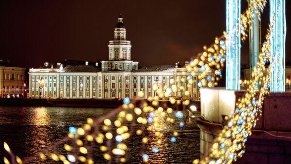 Quang cảnh tòa nhà Kunstkamera từ cầu Cung Điện ở Saint-Peterburg  - Sputnik Việt Nam