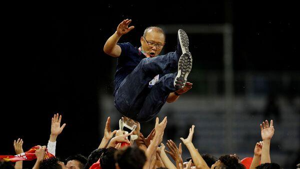 Cầu thủ Việt Nam tung hô HLV Park Hang Seo ăn mừng chiếc HCV Sea Games lịch sử - Sputnik Việt Nam
