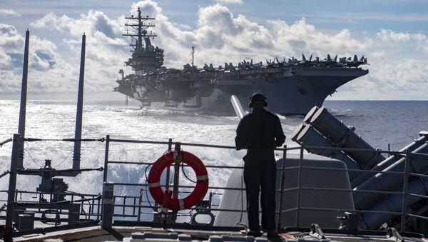 Tàu sân bay USS Ronald Reagan và tàu tuần dương mang tên lửa dẫn đường USS Chancellorsville của Hải quân Mỹ - Sputnik Việt Nam