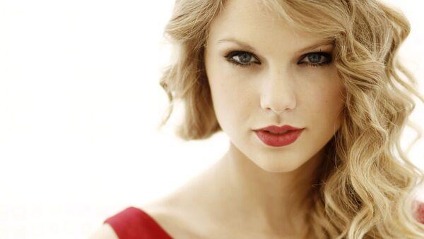 Trong bức ảnh ngày 22 tháng 9 năm 2010 này, nhạc sĩ Taylor Swift chụp ảnh chân dung ở West Hollywood, album mới Nói ngay của Swift sẽ được phát hành vào ngày 25 tháng 10 năm 2010. - Sputnik Việt Nam