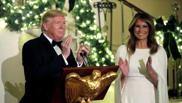 Tổng thống Mỹ Donald Trump và Đệ nhất phu nhân Melania Trump trong dạ hội Giáng sinh thường niên của Washington - Sputnik Việt Nam