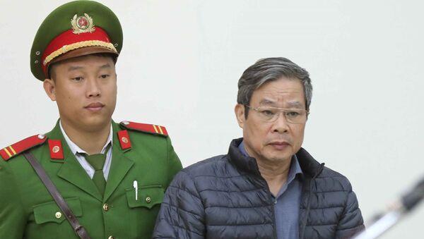 Cảnh sát dẫn giải bị cáo Nguyễn Bắc Son (sinh năm 1953, cựu Bộ trưởng Bộ Thông tin và Truyền thông). - Sputnik Việt Nam