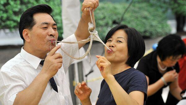 Người phụ nữ và người đàn ông ăn bạch tuộc sống ở Seoul - Sputnik Việt Nam
