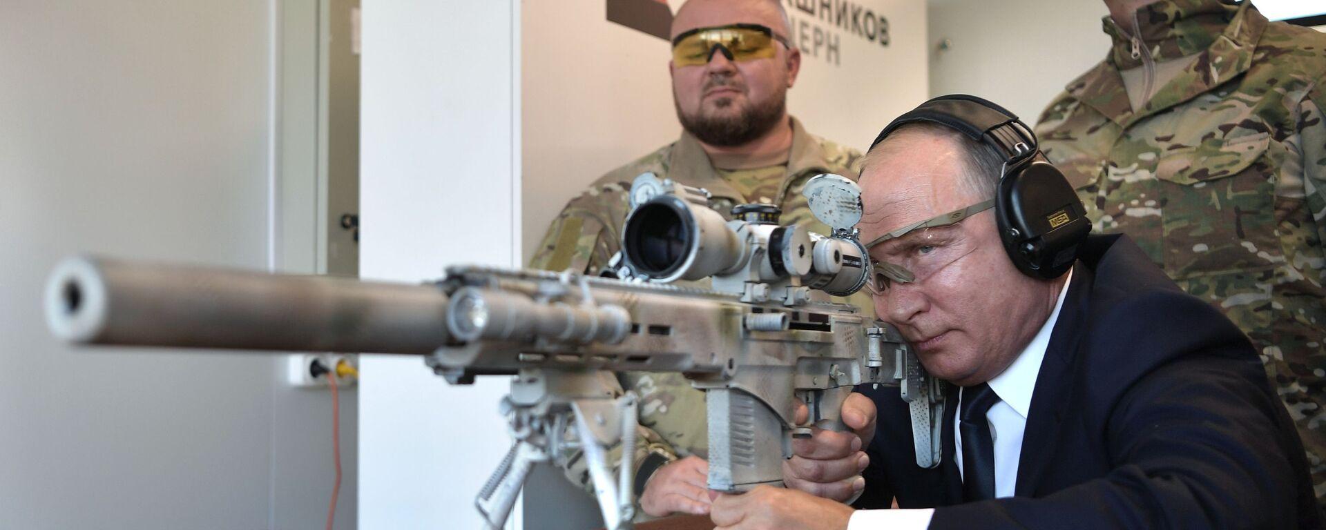 """Tổng thống Nga Vladimir Putin ngắm mục tiêu từ súng trường bắn tỉa Chukavin (SVCh -308) khi đến thăm Trung tâm súng trường của Liên hiệp tập đoàn """"Kalashnikov"""" - Sputnik Việt Nam, 1920, 05.01.2020"""