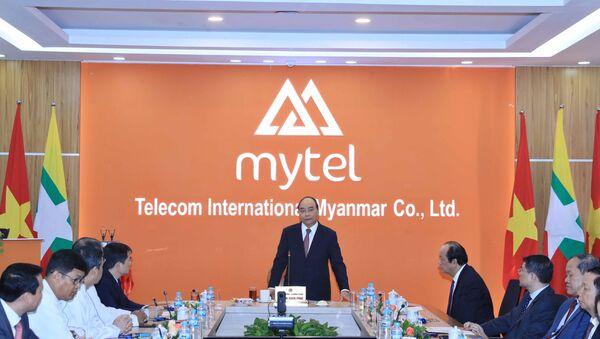 Thủ tướng Nguyễn Xuân Phúc nói chuyện với cán bộ, nhân viên Công ty viễn thông Mytel. - Sputnik Việt Nam