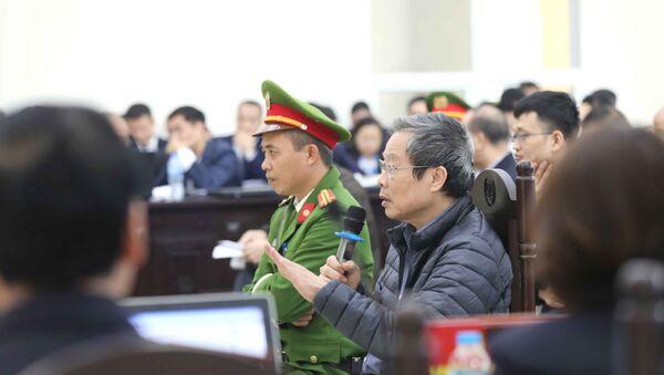 Bị cáo Nguyễn Bắc Son (sinh năm 1953, cựu Bộ trưởng Bộ Thông tin và Truyền thông) trả lời các câu hỏi của Hội đồng xét xử. - Sputnik Việt Nam