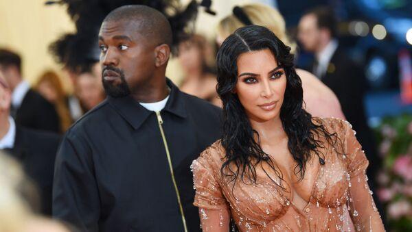 Rapper người Mỹ Kanye West cùng vợ Kim Kardashian tại Met Gala 2019 - Sputnik Việt Nam