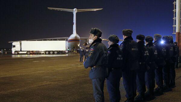 Chiếc xe chở thi hài các nạn nhân của Airbus A321 trên đường băng ở sân bay Pulkovo-2, St Petersburg - Sputnik Việt Nam