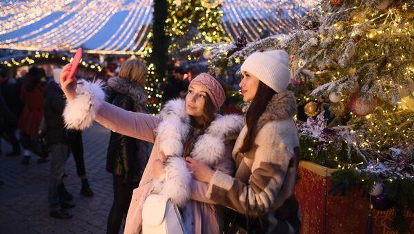 """Các cô gái chụp ảnh tại Festival """"Chuyến đi Giáng Sinh"""" trên Quảng trường Manezhnaya ở Moskva - Sputnik Việt Nam"""
