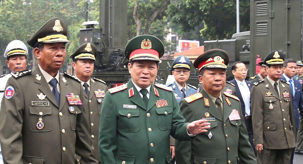Đại tướng Ngô Xuân Lịch, Bộ trưởng Bộ Quốc phòng Việt Nam và Đại tướng Tea Banh, Phó Thủ tướng, Bộ trưởng Bộ Quốc phòng Vương quốc Campuchia cùng Đại tướng Chansamone Chanyalath, Bộ trưởng Bộ Quốc phòng Lào đến dự buổi lễ.