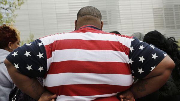 Полный человек в футболке с американским флагом в Нью-Йорке, США  - Sputnik Việt Nam