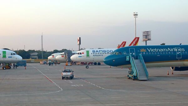 Máy bay của các hãng hàng không Việt Nam chuẩn bị đón khách tại sân bay Nội Bài.  - Sputnik Việt Nam