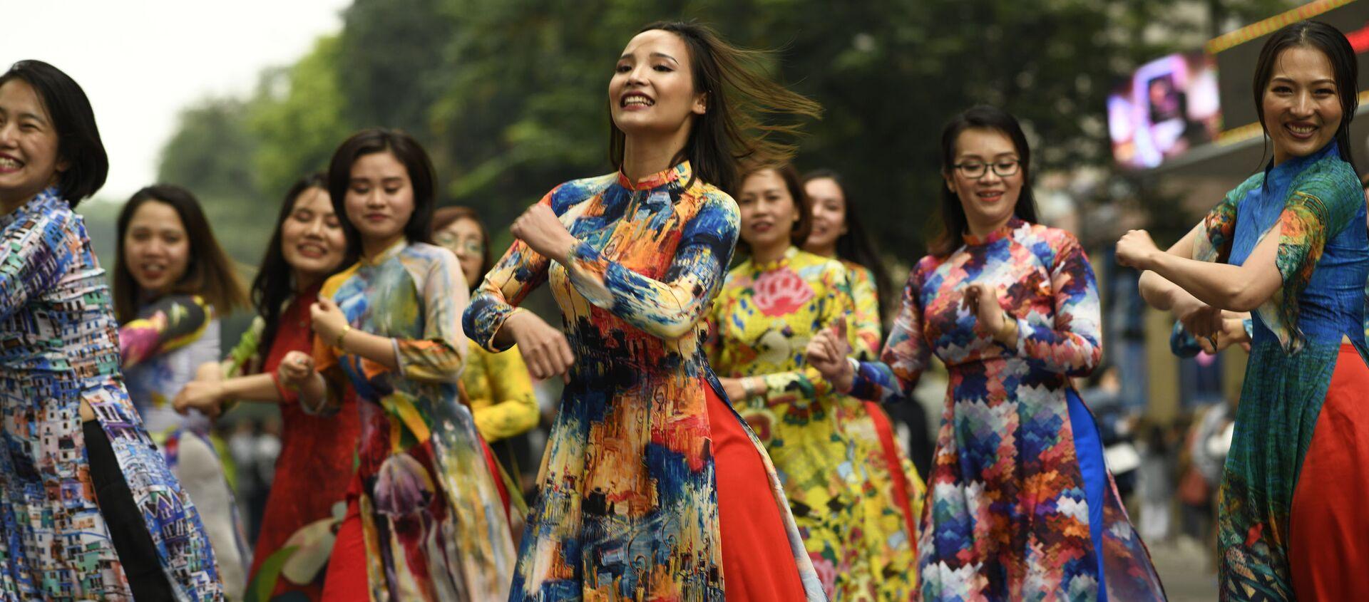 Các cô gái mặc áo dài nhảy múa ở trung tâm Hà Nội - Sputnik Việt Nam, 1920, 07.03.2021