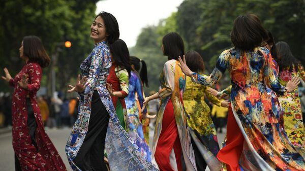 Các cô gái mặc áo dài nhảy múa ở trung tâm Hà Nội - Sputnik Việt Nam