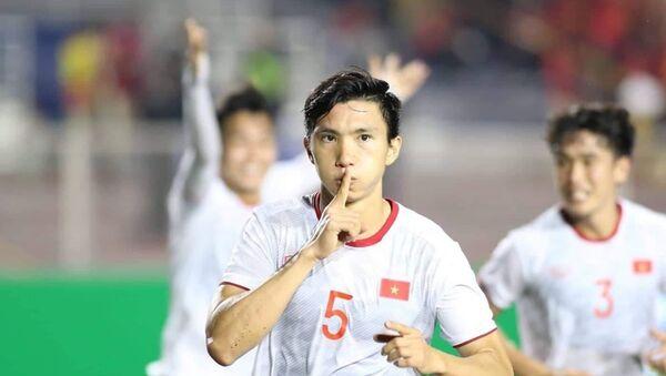Đoàn Văn Hậu ăn mừng bàn thắng thứ 3 vào lưới đội Indonesia.  - Sputnik Việt Nam