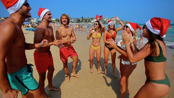 Khách du lịch mặc trang phục Giáng sinh trên bãi biển Sydney - Sputnik Việt Nam
