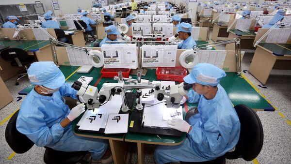 Dây chuyền sản xuất, kiểm tra các bản mạch điện tử dạng dẻo, nhiều lớp tích hợp của Công ty TNHH Young Poong Electronics VINA tại khu công nghiệp Bình Xuyên II (Vĩnh Phúc). - Sputnik Việt Nam