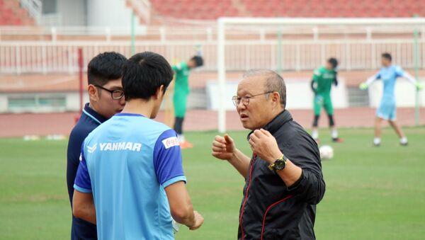 Huấn luyện viên Park Hang-seo trao đổi với các trợ lý tại buổi tập. - Sputnik Việt Nam
