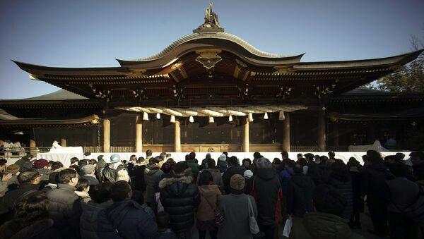 Mọi người trong buổi cầu nguyện vào ngày đầu tiên của năm mới ở chùa Samukawa, Nhật Bản - Sputnik Việt Nam