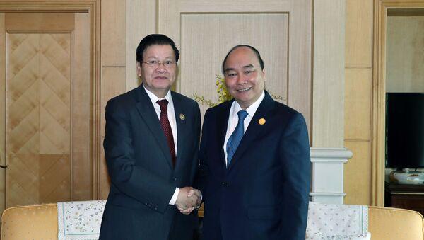 Thủ tướng Nguyễn Xuân Phúc gặp Thủ tướng Lào Thongloun Sisoulith - Sputnik Việt Nam