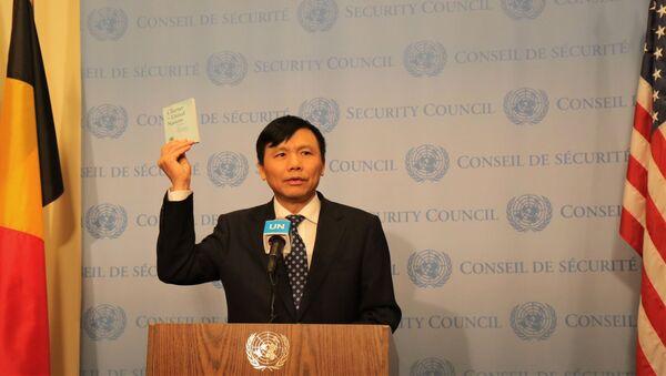 Đại sứ, Trưởng phái đoàn Việt Nam tại LHQ Đặng Đình Quý tuyên thệ trước Hiến chương LHQ tại Lễ thượng cờ - Sputnik Việt Nam