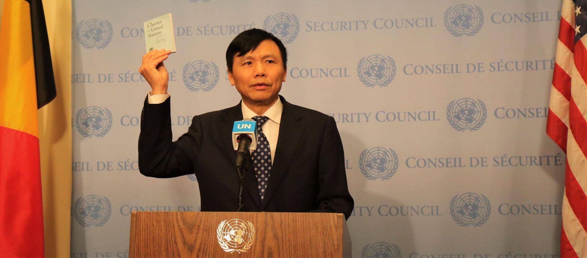 Đại sứ, Trưởng phái đoàn Việt Nam tại LHQ Đặng Đình Quý tuyên thệ trước Hiến chương LHQ tại Lễ thượng cờ - Sputnik Việt Nam, 1920, 03.01.2020