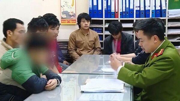 Nhóm công nhân bị công an tạm giữ - Sputnik Việt Nam