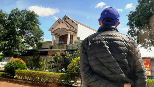 Một người tìm cách ngăn cản việc chụp hình nhà của ông Nguyễn Hồng Lam. - Sputnik Việt Nam