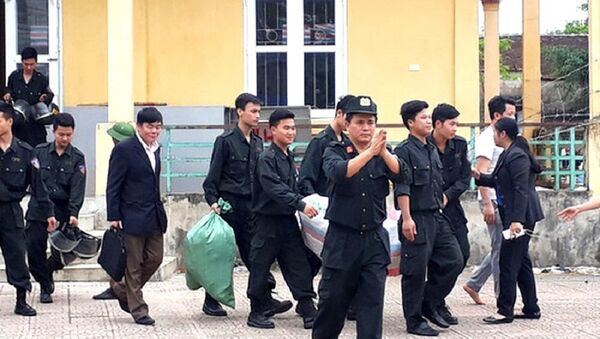 Các nhân viên công lực được người dân Đồng Tâm thả ra hồi Tháng Tư, 2017. - Sputnik Việt Nam