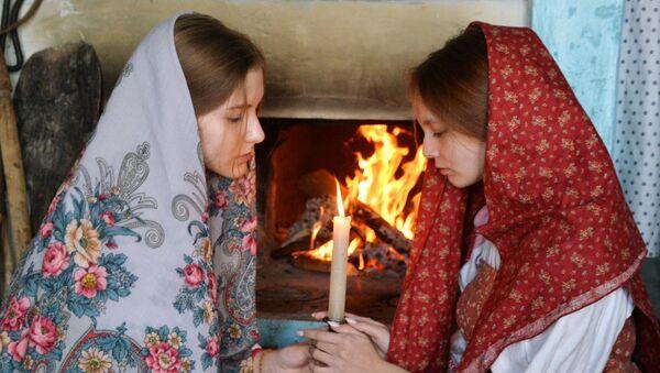Các cô gái trong buổi bói Giáng sinh ở làng Cossack Chernorechye, tỉnh Chelyabinsk - Sputnik Việt Nam