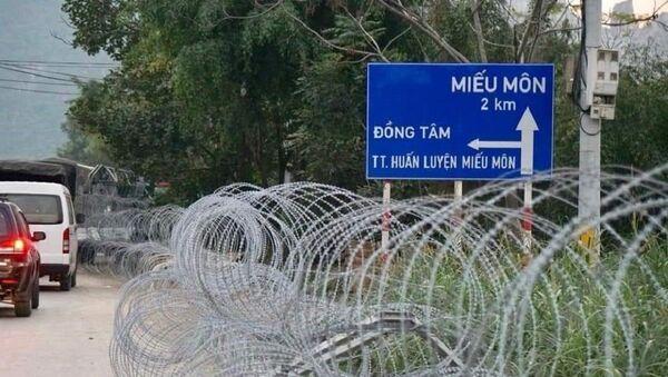 Đất khu đồng Sênh được quây bằng thép gai. Cảnh sát cắm chốt tại tất cả các lối ra vào thôn Hoành (xã Đồng Tâm). - Sputnik Việt Nam