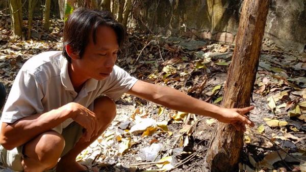 Anh Phong chỉ nơi phát hiện 2 sọ người. - Sputnik Việt Nam