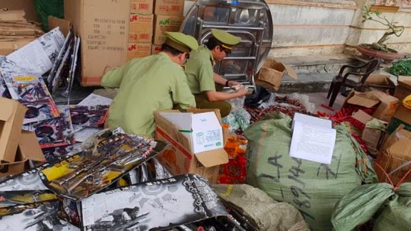Lực lượng Quản lý thị trường kiểm đếm số hàng. - Sputnik Việt Nam