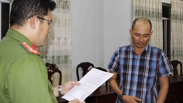 Công an quận Ninh Kiều đọc lệnh bắt người trong trường hợp khẩn cấp đối với Chung Hoàng Chương - Sputnik Việt Nam