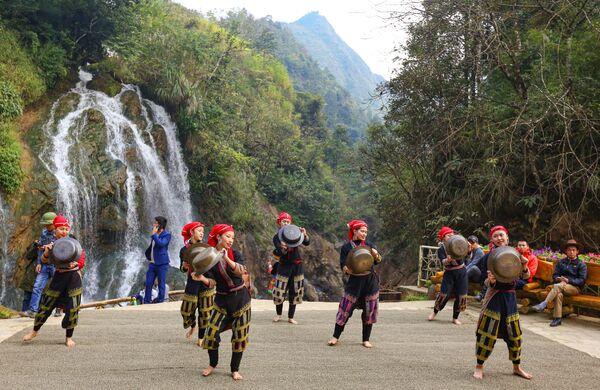 Tiết mục dành cho khách du lịch trên nền Thác Bạc ở tỉnh Lào Cai, Việt Nam - Sputnik Việt Nam