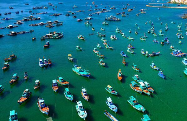 Thuyền trong vịnh gần cáp treo trên đảo Phú Quốc, Việt Nam - Sputnik Việt Nam