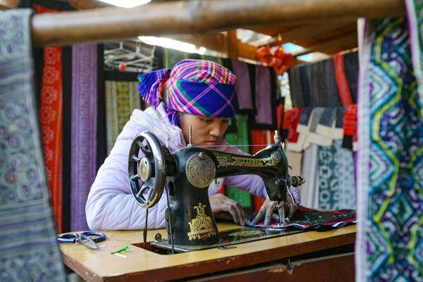 Người phụ nữ H'mong bên chiếc máy may, tỉnh Lào Cai, Việt Nam - Sputnik Việt Nam
